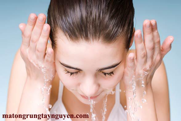 Rửa mặt sạch bằng nước hoặc sữa rửa mặt
