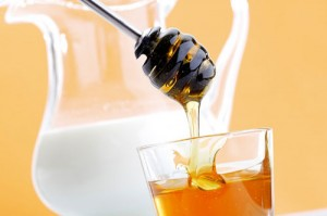 sữa và mật ong tẩy tế bào chết